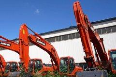 <b>履带式挖掘机与轮式挖掘机的区别在哪</b>